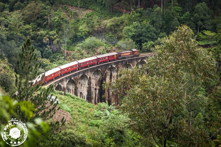 Parni vlak po hriboviti osredni deželi Sri Lanke