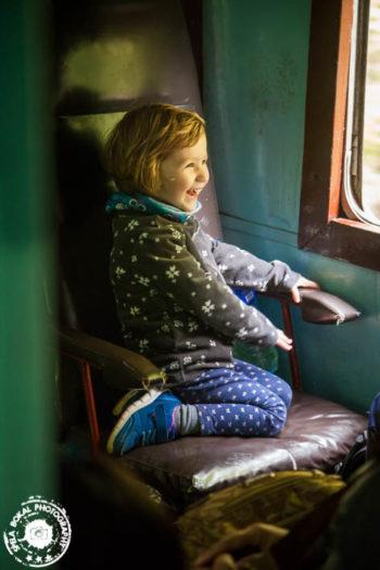 Mala princeska uživa na vlaku.