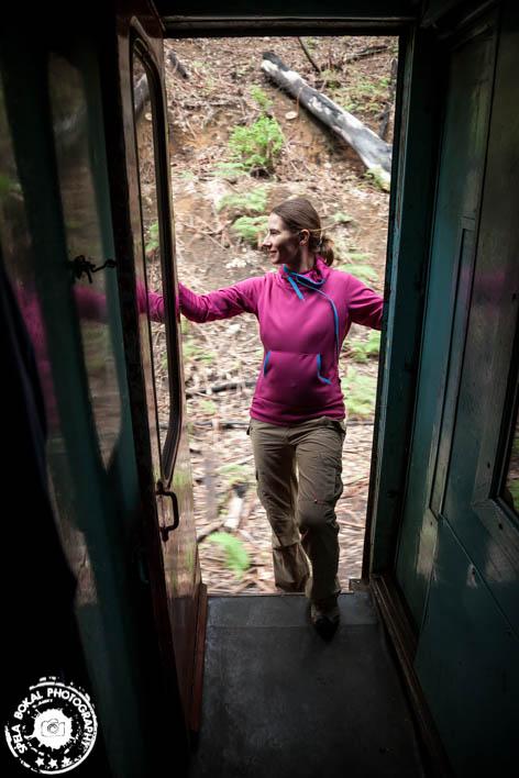 Pogled skozi vrata vagona vedno odkriva lepote Sri Lanke.