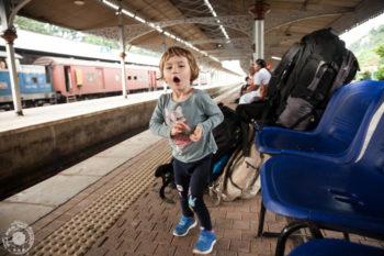 Oči, mami vlak prihaja