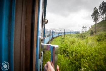 Vlak vozi počasi, preko hribov in čudovite narave.