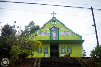 Katoliška kapelica sredi pokopališča