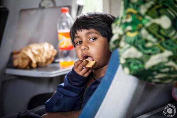 Mali potnik na Sri Lanškem gorskem vlaku