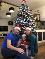Božično razpoloženje – družinsko postavljanje jelke