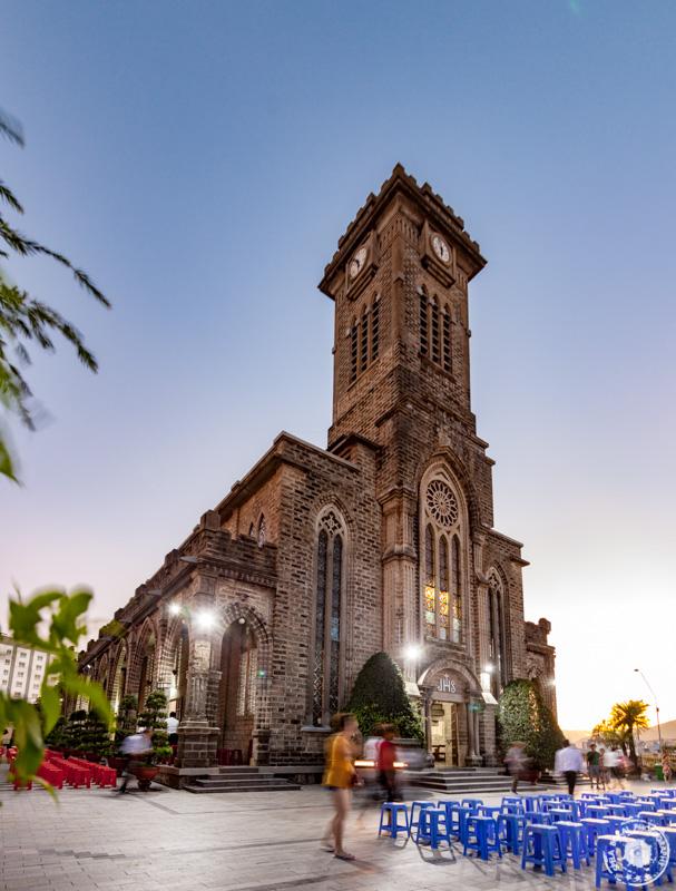 Večerni posnetek katedrale Nha Trang, Vietnam