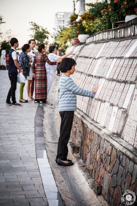 Molitev na grobu pri Katedrali v Nha Trangu, Vietnam