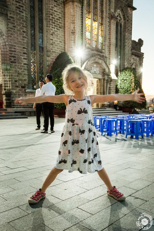 Veselje Lie pred Katedralo Nha Trang, Vietnam
