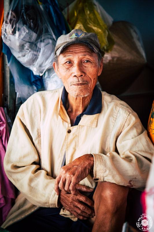 Starec na marketu Dam, Nha Trang