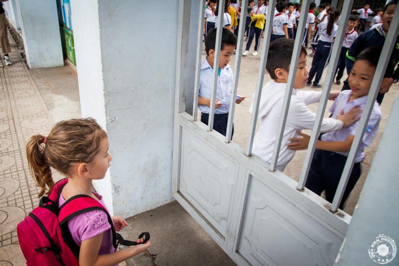 Lia radovedno opazuje Vietnamske šolarje