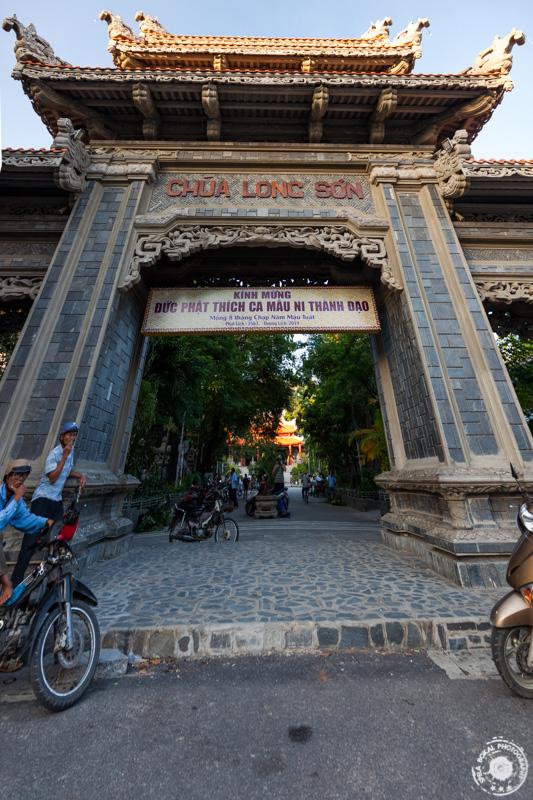 Vhod v Long Son Pagoda – BIG BUDDHA STATUE