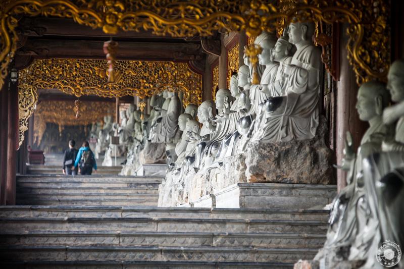 Preko 500 izklesanih kipov bud te spremlja od templja do templja v kompleksu Bai Dinh.