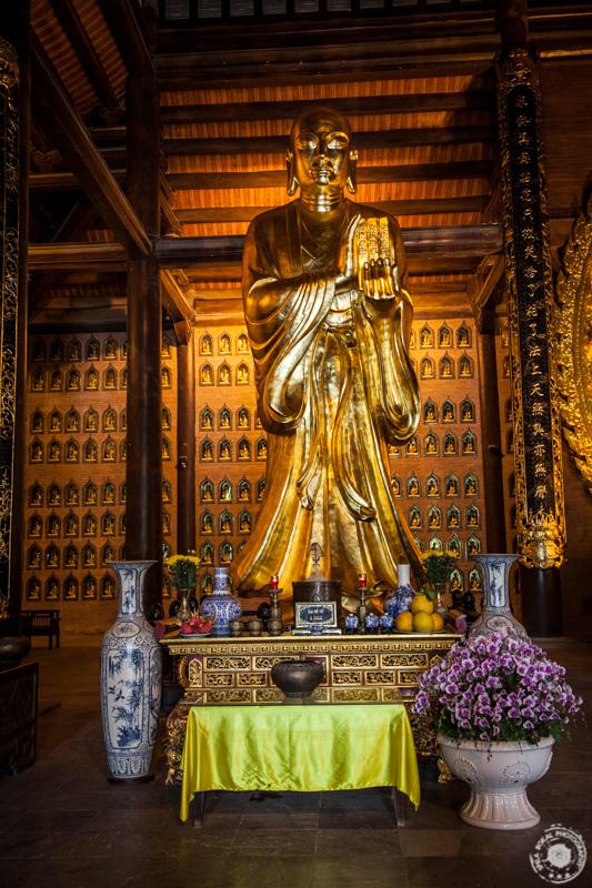 Bronasti kipi Tam (12 m, 50 ton) v templju Tam, kompleks Bai Dinh.