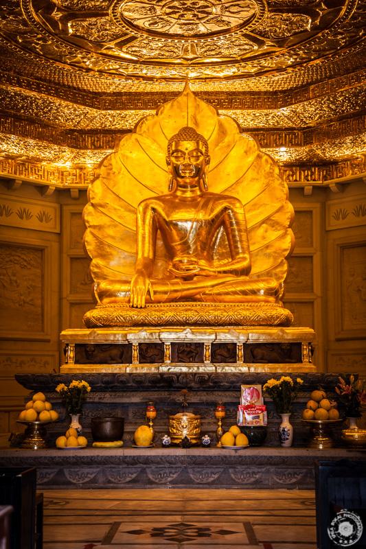 Pozlačen oltar bude v pritličju visoke pagode Bai Dinh, Vietnam.