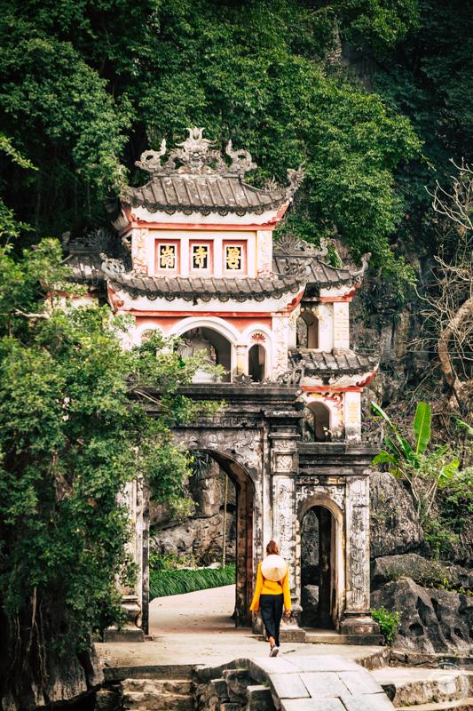 Pagoda Bich Dong se nahaja le 3 kilometre severo od Tam Coca. Pagodo sestavljajo trije manjši templji, ime Bich Dong pa pomeni zelena jama.