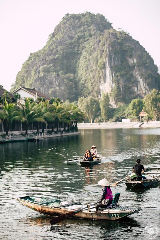 Na ogled med skalni kraški svet se lahko podate tudi s čolnom, ki ga ženske poganjajo kar z nogami.