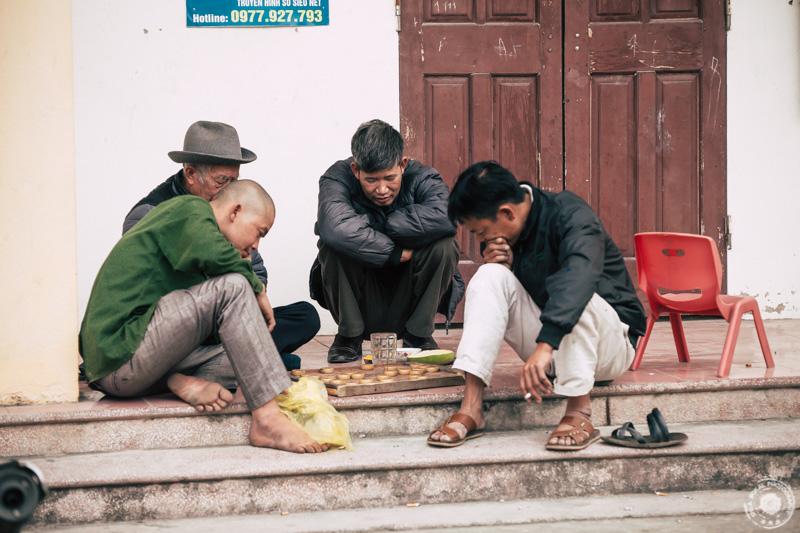 Domačini ob igri v eni od vasi v porovinci Ninh Binha, Vietnam.